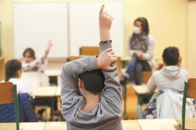 Пандемия коронавируса снова распространяется в школах, два закрытия в течение нескольких часов