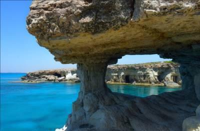 Кипр изменил правила въезда в страну для полностью вакцинированных туристов