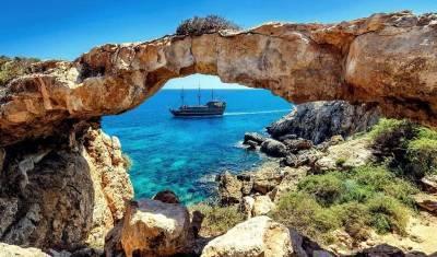 Кипр отменил тестирование для привитых от коронавируса туристов