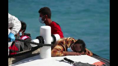 Более 1400 мигрантов прибывают на итальянский остров