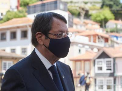 Президент Анастасиадис признает неудобства в пунктах тестирования