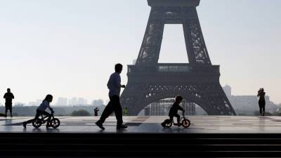 Франция ослабит комендантский час и разрешит работу ресторанов на открытом воздухе