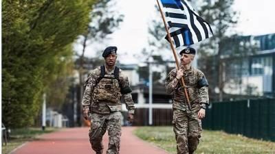 Американский флаг с голубой полосой на базе Рамштайн в Германии вызвал осуждение в США: о причинах негативной реакции