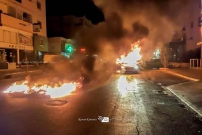 Адская ночь на Кипре: молодежь в Лимассоле подожгла патрульную машину и мопед