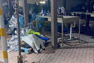 Власти Кипра оставили 50 мужчин-мигрантов в лодке, а 31 женщину с 13 детьми временно разместили в палатках