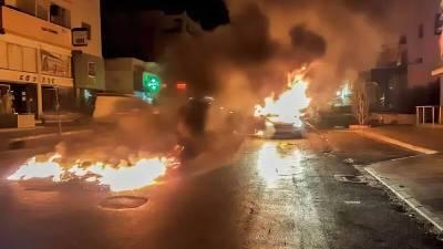 Молодежь в Лимассоле подожгла патрульную машину и мопед