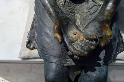 В Пафосе у бронзовой девочки снова украли всех воробьев
