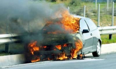 На шоссе Никосия-Лимассолгорит авто, одна полоса перекрыта
