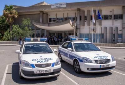 В Лимассоле арестован полицейский. Он избил жену и приставил ей нож к горлу