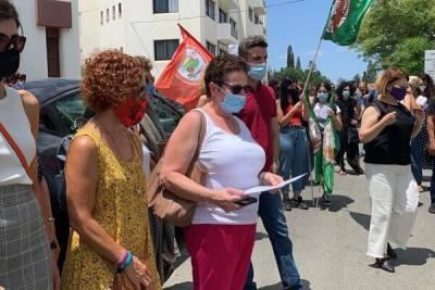 На Кипре женщины протестуют против решения не наказывать полицейских, проспавших маньяка. Опрос