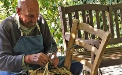 Традиционное мастерство перетяжки стульев