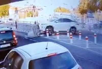 Странное ДТП в Лимассоле: водитель хотел припарковаться и нажал… на газ (видео)