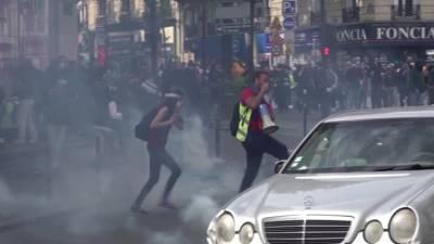Французская полиция применила слезоточивый газ, чтобы подавить протест против очередных мер COVID