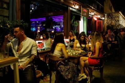 Нет прививки — нет ужина: греческие рестораны принимают только привитых клиентов