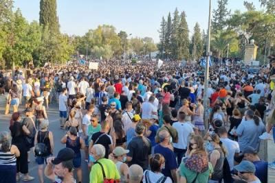 В Никосии разъяренная толпа протестующих разгромила офис Sigma