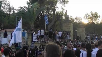 На Кипре тысячи противников ограничений вышли на митинг, который вскоре перерос в погромы и беспорядки