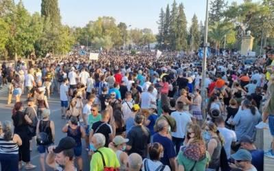 Мирный протест завершился массовыми беспорядками (фото)