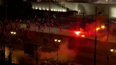 Греция: бензиновые бомбы, слезоточивый газ и водомет на митинге против вакцинации