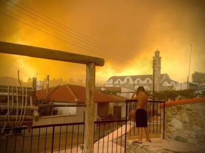 Масштабный лесной пожар на Кипре: ЕС отправил воздушную помощь