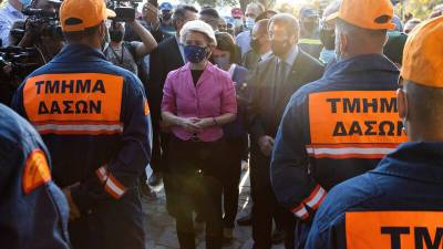 Глава Еврокомиссии встретилась с ликвидаторами крупного пожара на Кипре