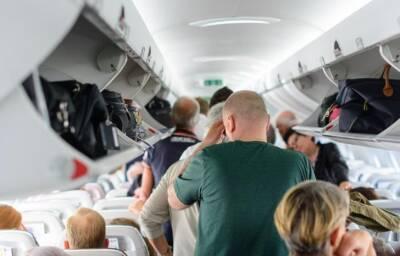 Пассажир зажег сигарету и ударил стюардессу
