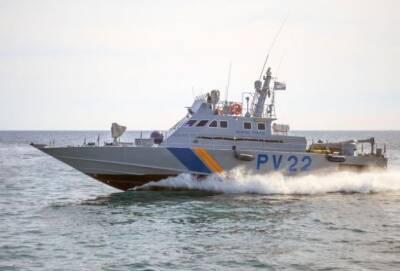 Беженец из Ливана прыгнул с лодки и уплыл от катера морской полиции Кипра