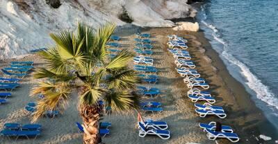 На Кипре непривитых и непереболевших туристов обяжут сдавать платные тесты