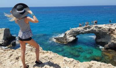 Отельеры Кипра просят отменить тестирование непривитых туристов