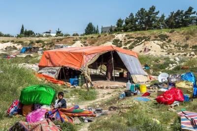 Семья беженцев с пятимесячным ребенком уже несколько дней живет в шалаше на пляже Ларнаки