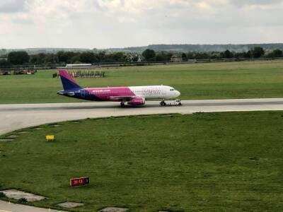 Пассажирский самолет, летевший с Кипра, совершил аварийную посадку во Львове