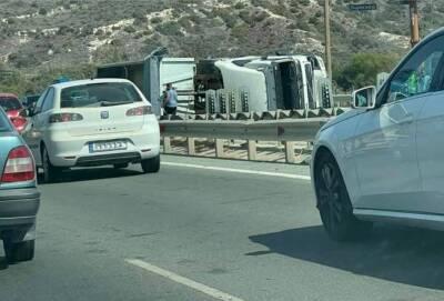 На шоссе возле Лимассола перевернулся грузовик с песком